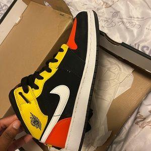 Air Jordan 1s (MID)
